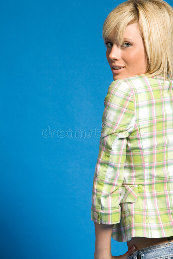 Beiläufiges blondes Mädchen mit moderner Kleidung lizenzfreie stockfotografie