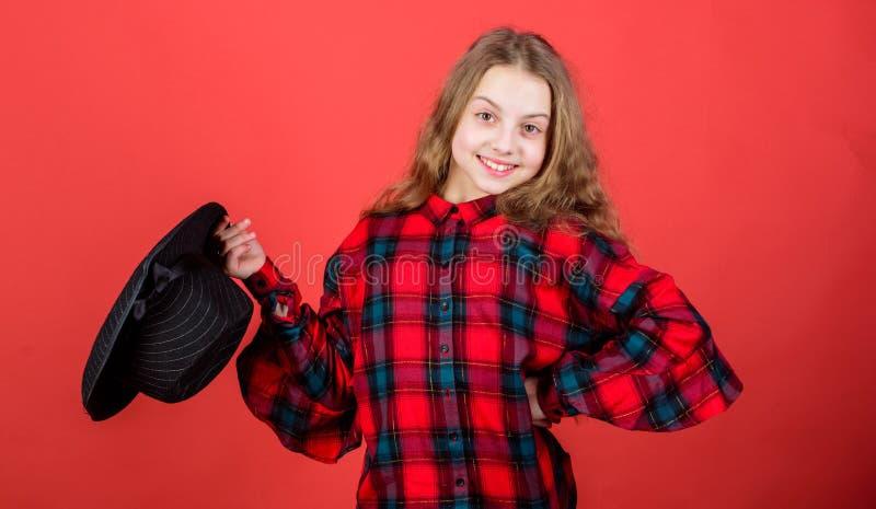 Beiläufiges cutie Kleines Kind mit dem langen blonden Haar in der zufälligen Art Nettes kleines Mode-Modell mit zufälligem Blick  stockfotografie
