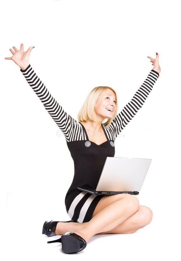 Beiläufiges Erfolgsmädchen mit einem Laptop. stockbild