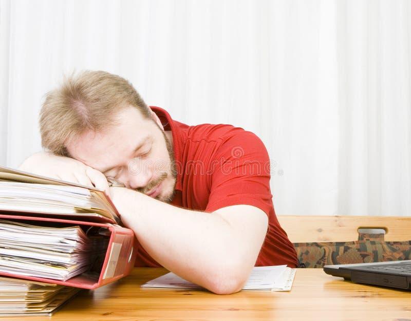Beiläufiges Geschäftsmannfallen schlafend stockfotografie