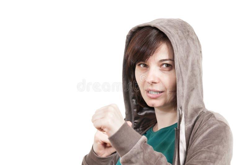 Beiläufiges Mädchen in einer Kampfhaltung lizenzfreies stockbild
