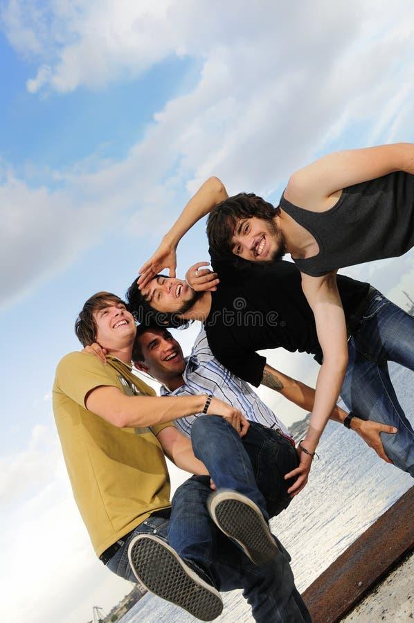Beiläufiges Team, das Spaß hat stockfotografie