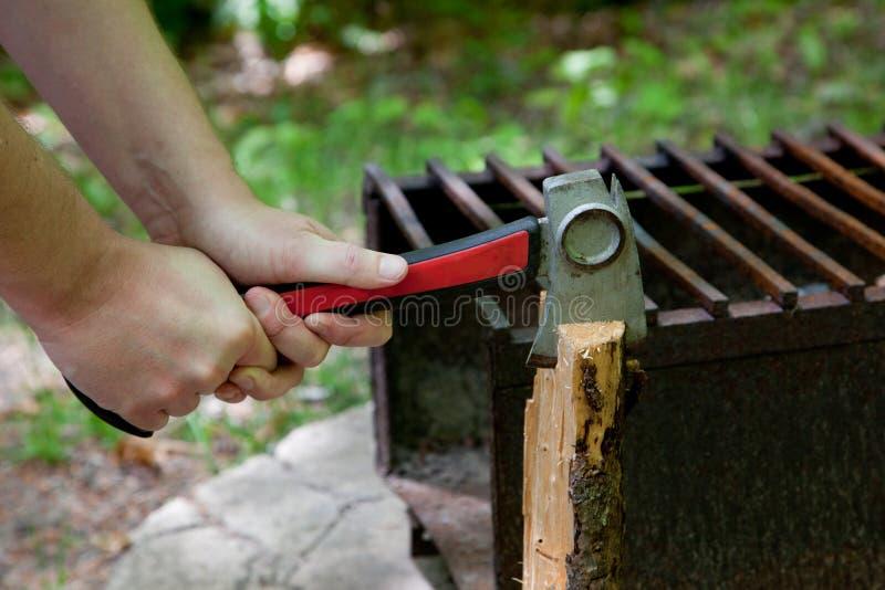 Beil durch Holz lizenzfreies stockbild