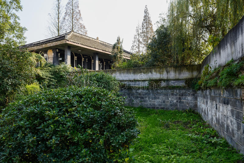 Beiliegende gealterte Villa in den Anlagen und in Bäumen des sonnigen Winters aftern stockbild