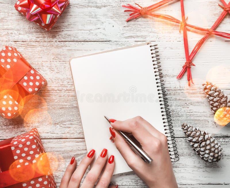 Beim Entscheiden, einen Brief des Glückwunsches mit modernen Elementen, mit Raum für Mitteilung für Weihnachten und Neujahrsfeier stockfotografie