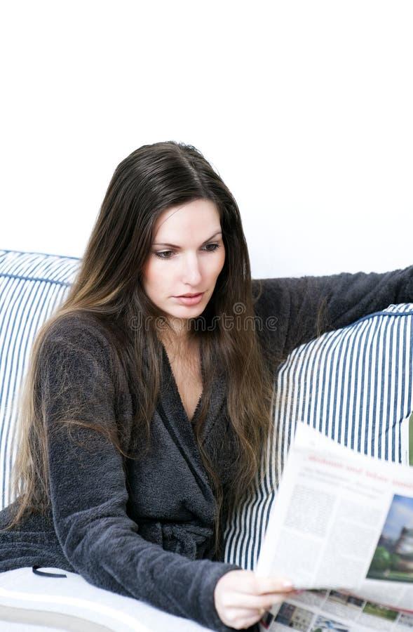Beim Lesen lizenzfreie stockfotos