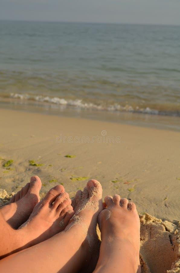 Beine auf dem Strand lizenzfreie stockfotografie