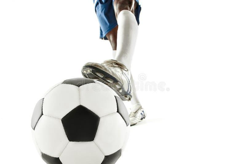 Beine der Fußballspielernahaufnahme lokalisiert auf Weiß stockfoto
