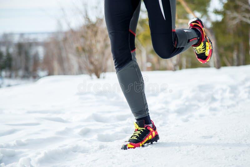 Beine der laufenden Frau draußen am Wintertag lizenzfreies stockfoto