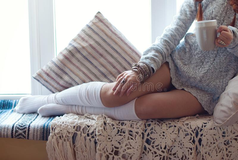 Beine des jungen schönen Mädchens im Innenraum lizenzfreie stockfotos