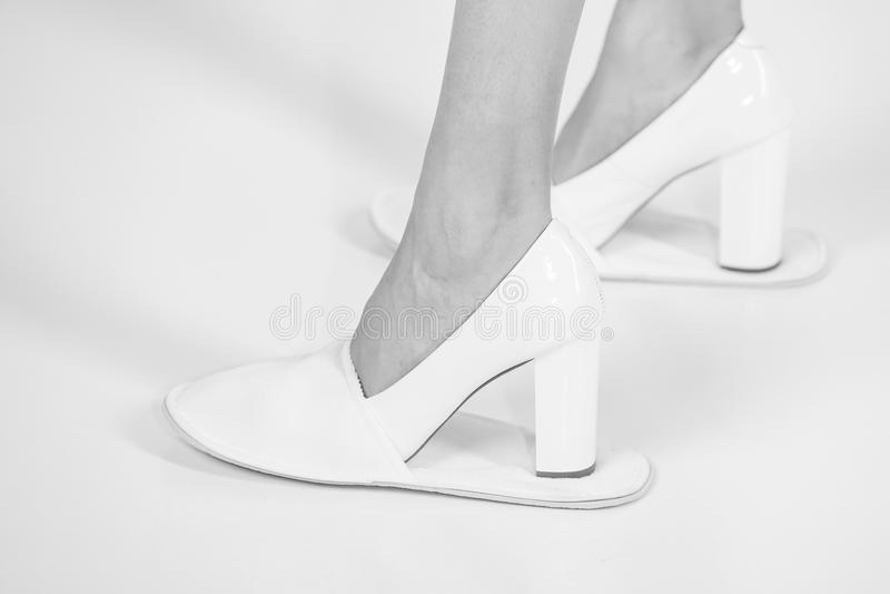 Beine des Mädchens in den ledernen modernen Schuhen und in den Pantoffeln lizenzfreie stockbilder