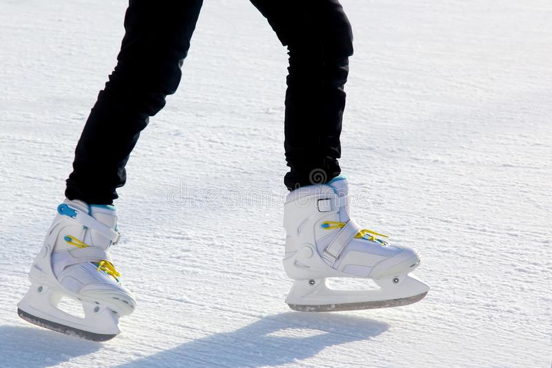 Beine eines Mannes, der auf die Eisbahn eisläuft lizenzfreies stockbild