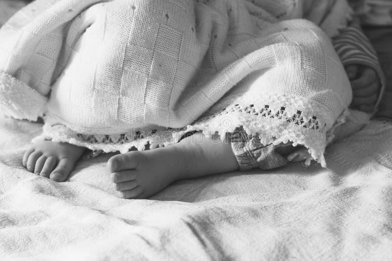 Beine eines schlafenden kleinen Mädchens mit einen Jährigen stockfotografie