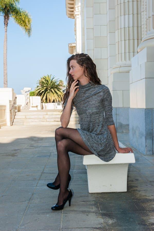 Kurze Kurze Hosen Und Nylonbeine Stockfoto - Bild von