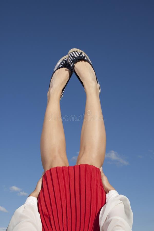 Beine im blauen Himmel lizenzfreie stockbilder