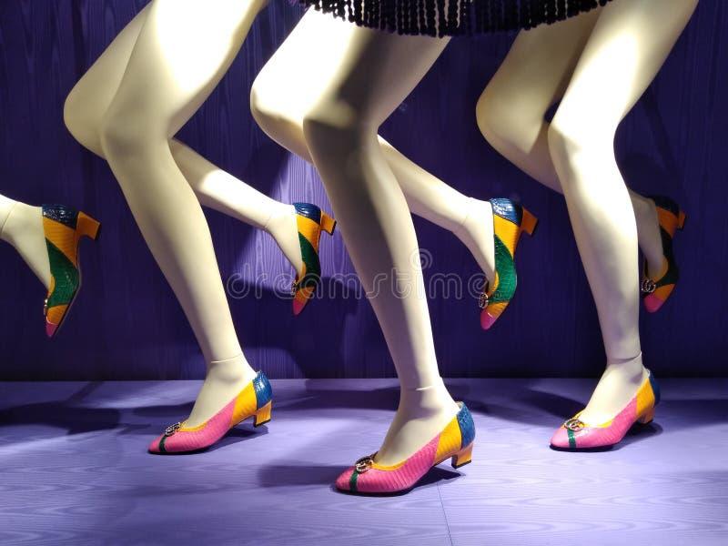 Beine, Mannequins, die Gucci-Schuhe, NYC, NY, USA tragen lizenzfreie stockbilder