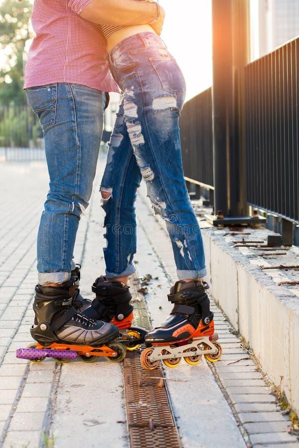 Beine von Paaren auf Rollerblades stockbilder