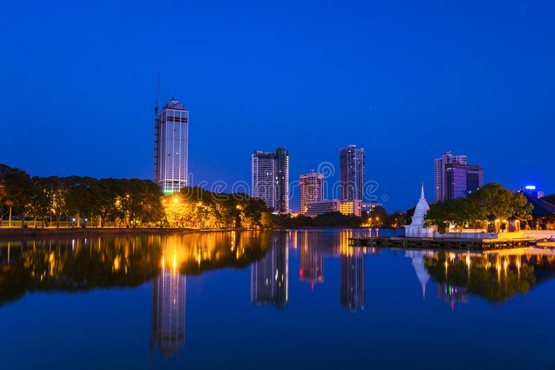 Beira湖看法在科伦坡,有佛教寺庙的斯里兰卡 库存图片
