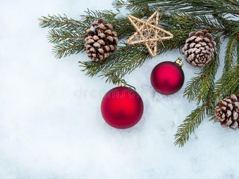 Beira bonita das decorações do Natal com cópia-espaço foto de stock royalty free