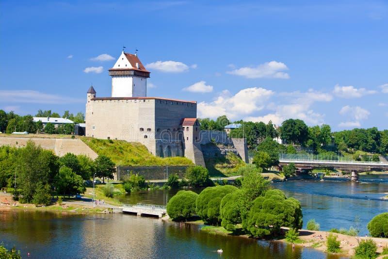 Beira da fortaleza de Estonia.Narva.Ancient com Rússia imagem de stock royalty free