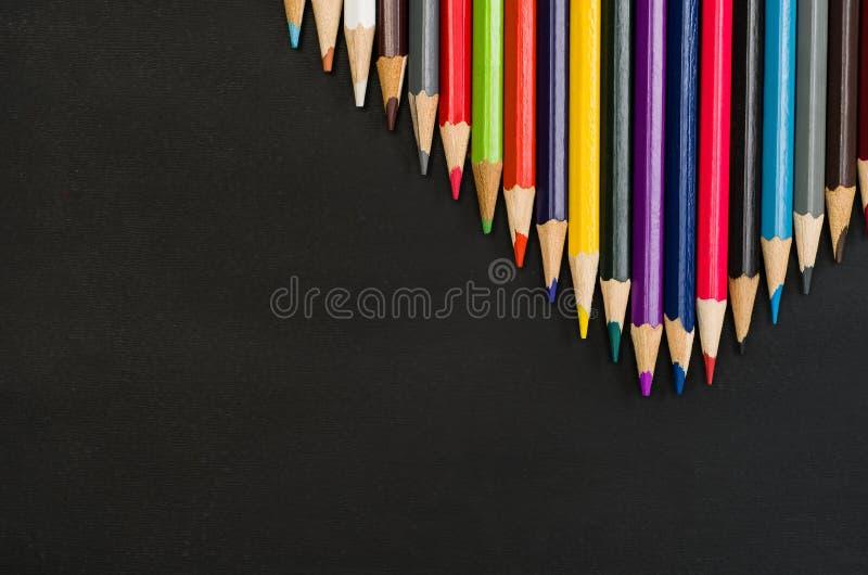 Beira das fontes de escola no fundo preto do quadro Fotografia da vista superior foto de stock royalty free