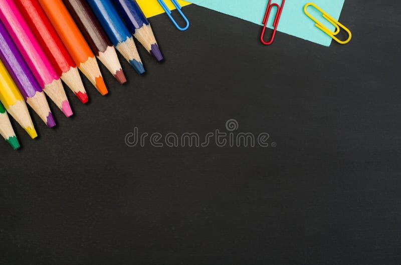 Beira das fontes de escola no fundo preto do quadro Fotografia da vista superior fotografia de stock