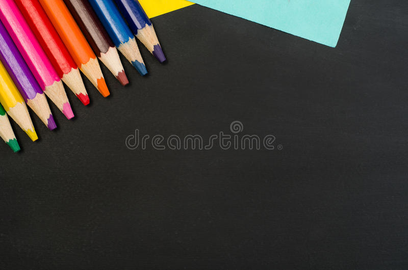 Beira das fontes de escola no fundo preto do quadro Fotografia da vista superior imagem de stock