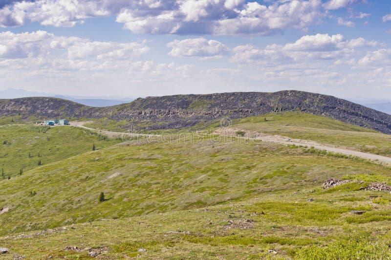 Beira de Alaska, EUA - Canadá na parte superior da estrada do mundo imagens de stock royalty free