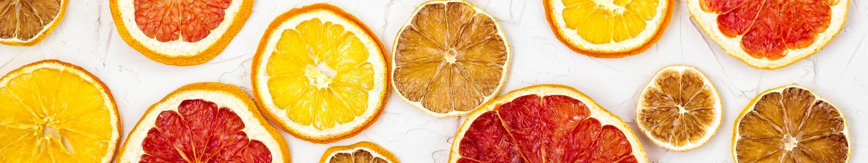 Beira de fatias secadas de v?rias citrinas no fundo branco Toranja alaranjada do lim?o com copyspace imagens de stock royalty free