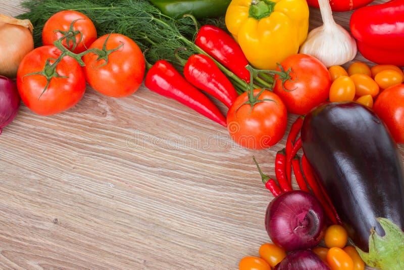 Beira de legumes frescos na tabela imagem de stock