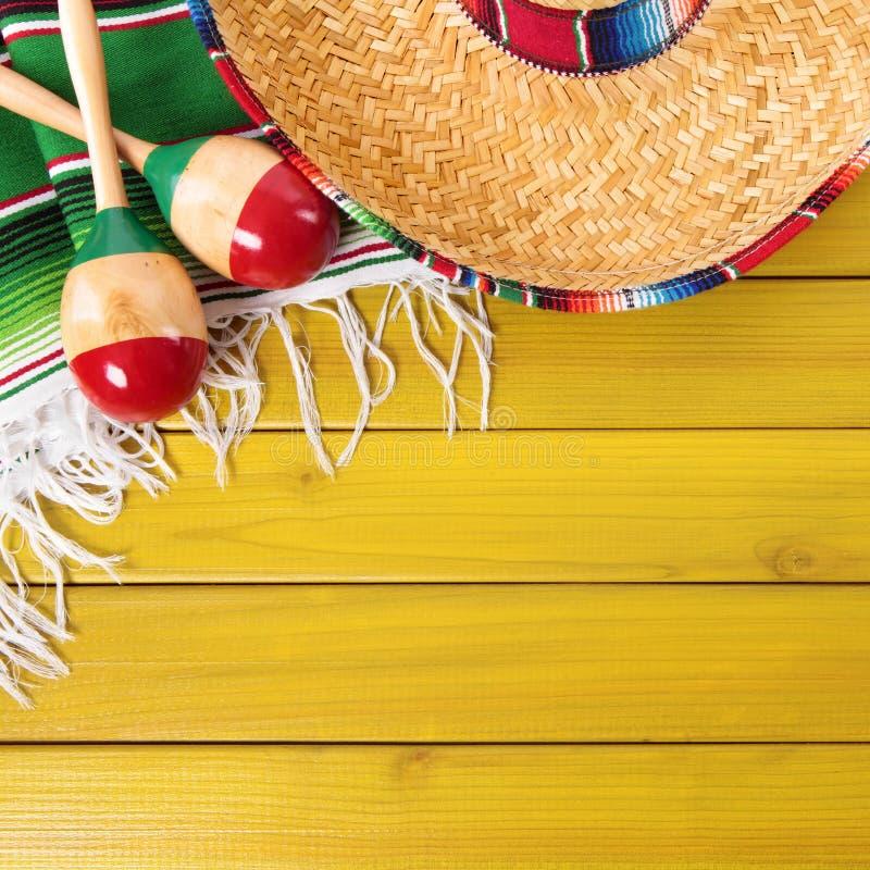 Beira de madeira do fundo do sombreiro mexicano de Cinco de Mayo imagem de stock royalty free