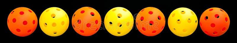 Beira de 7 Pickleball - alaranjada & amarela com fundo preto fotos de stock royalty free
