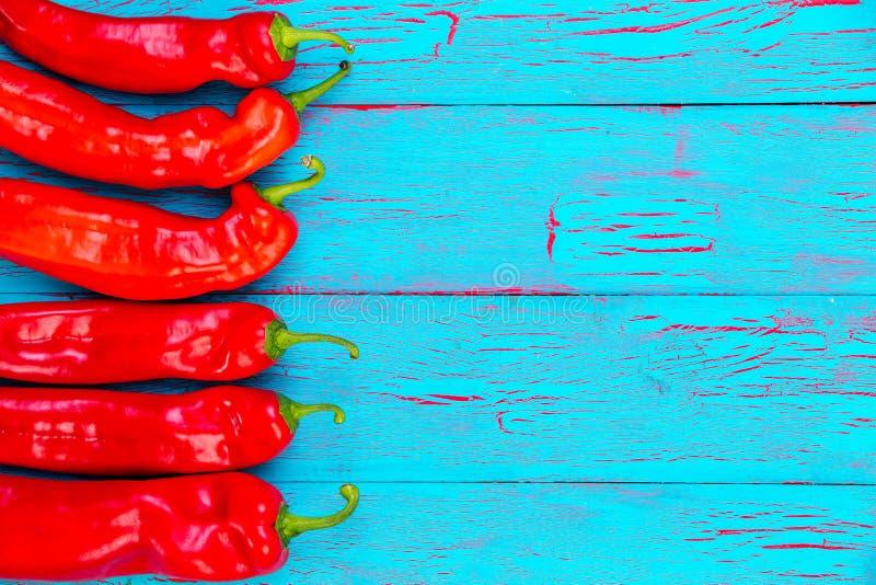 Beira de pimentas de pimentão frescas encarnados coloridas fotos de stock