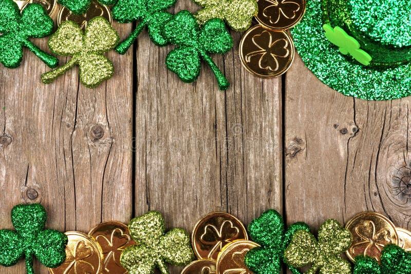 Beira do dobro da decoração do dia do St Patricks sobre a madeira rústica fotos de stock royalty free