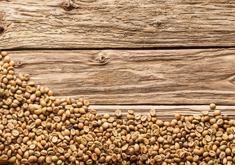 Beira do feijão de café na madeira resistida foto de stock