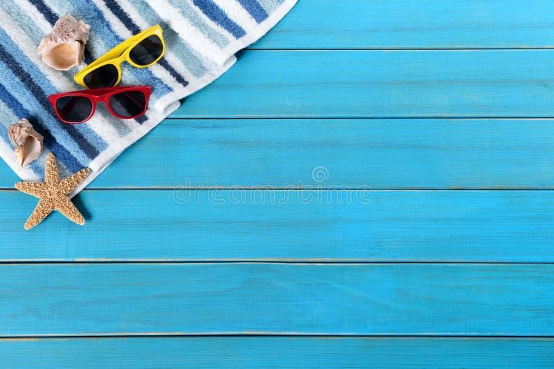 Beira do fundo da praia do verão, estrela do mar, óculos de sol, madeira azul fotografia de stock royalty free