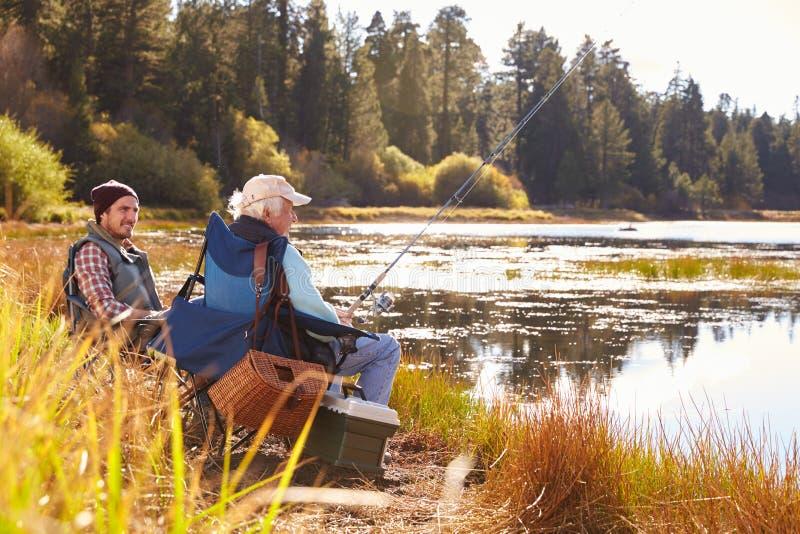 Beira do lago da pesca do filho do pai e do adulto, Big Bear, Califórnia imagens de stock royalty free
