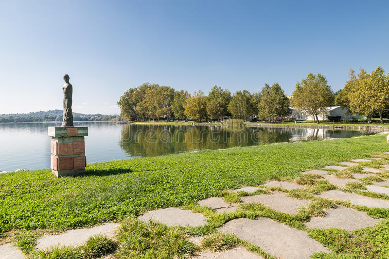 Beira do lago de Gavirate e lago Varese, província de Varese, Itália imagens de stock