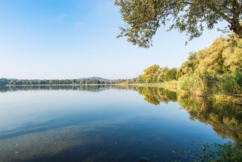 Beira do lago de Gavirate e lago Varese, província de Varese, Itália fotos de stock