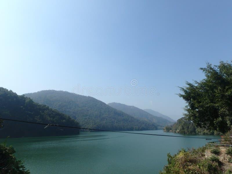 Beira do lago de Pokhara imagem de stock royalty free