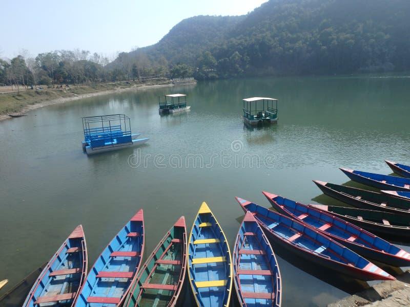 Beira do lago de Pokhara - alugue um barco! fotografia de stock royalty free