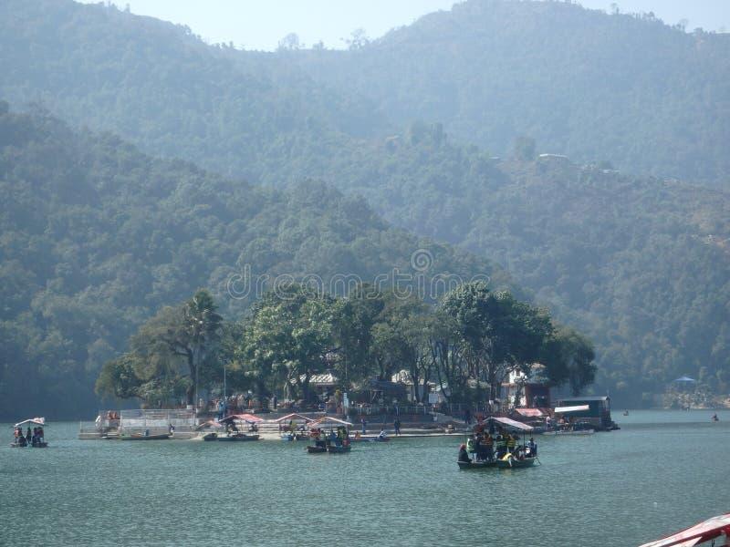 Beira do lago de Pokhara - templo na ilha imagens de stock