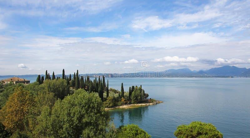 Beira do lago pitoresca do lago do garda, Italia imagens de stock