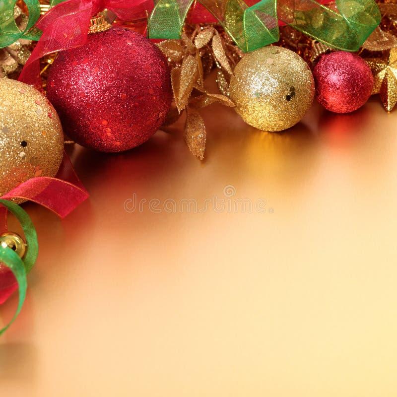 Beira do Natal com bolas e fita no squa dourado do fundo fotografia de stock royalty free