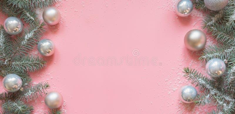 Beira do Natal dos ramos do abeto, bolas brancas no rosa Fundo do Xmas Vista superior com espaço da cópia fotografia de stock royalty free