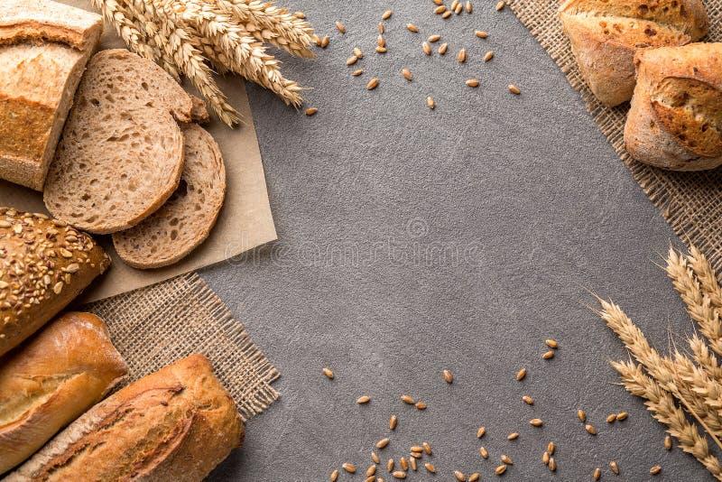 Beira do pão na tabela de pedra com fundo do espaço da cópia Padaria, cozimento e conceito da mercearia imagem de stock