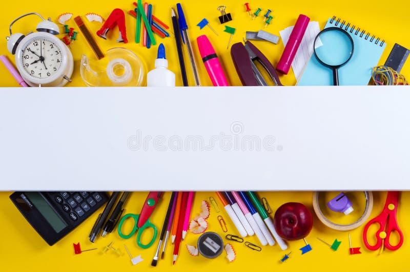 Beira dobro das fontes de escola no fundo foto de stock royalty free