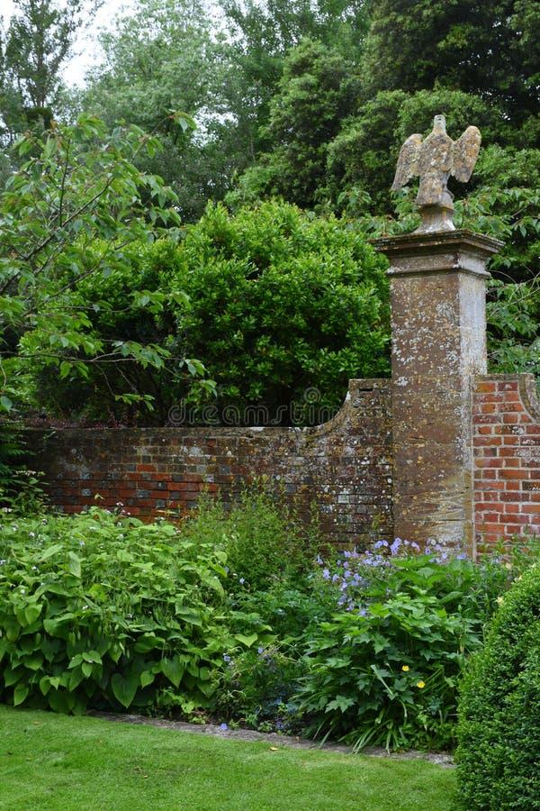Beira e parede, jardim de Tintinhull, Somerset, Inglaterra, Reino Unido fotografia de stock