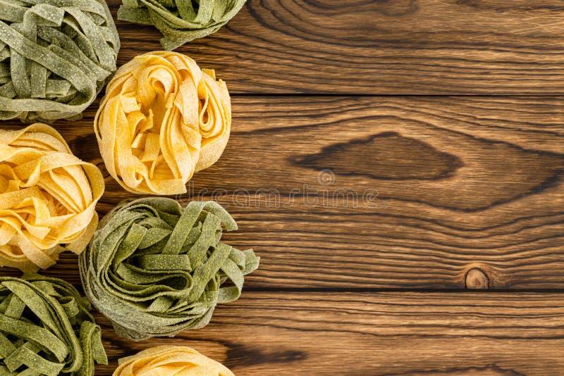 Beira lateral da massa fresca secada do fettuccine fotos de stock royalty free