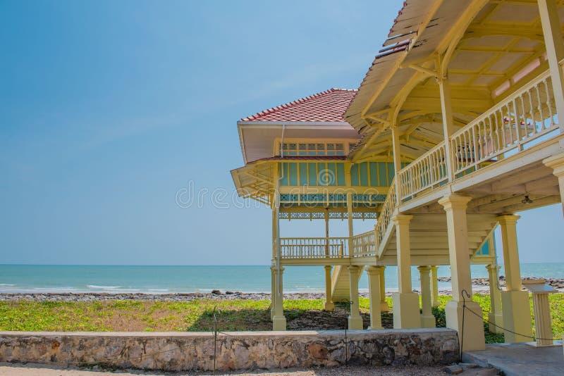 Beira-mar de madeira do pavilhão do verão no fundo do céu azul fotos de stock